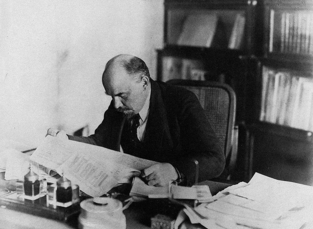 1280px Lenin leser Pravda