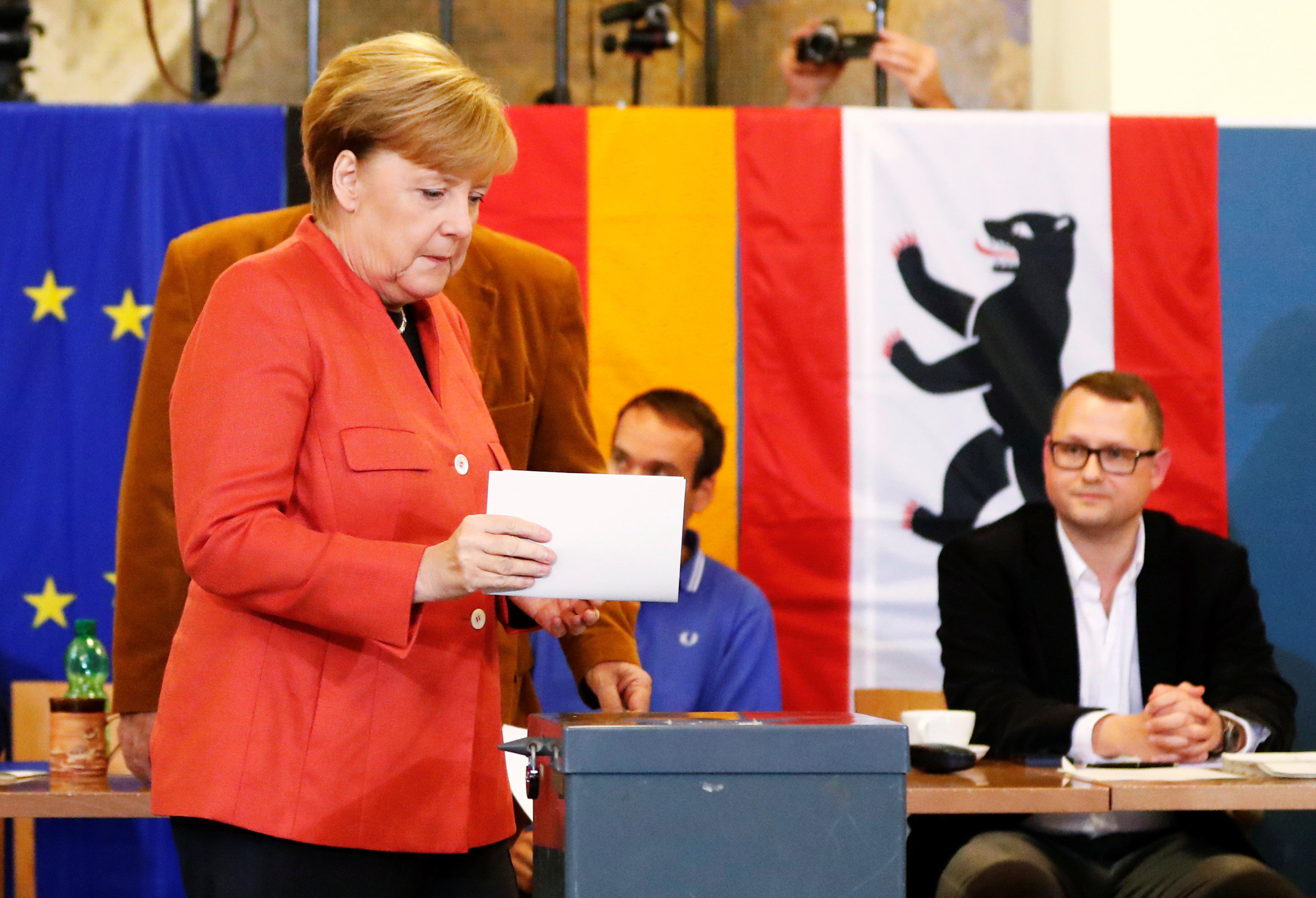 2017 09 24T123855Z 496910719 RC126D6DA180 RTRMADP 3 GERMANY ELECTION MERKEL VOTES