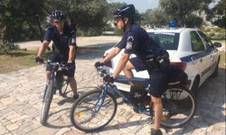 Ξεκίνησαν οι πρώτες περιπολίες αστυνομικών με ηλεκτροκίνητα ποδήλατα