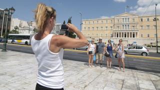 Εκστρατεία για την υγεία του μαστού φωτίζει το ελληνικό κοινοβούλιο