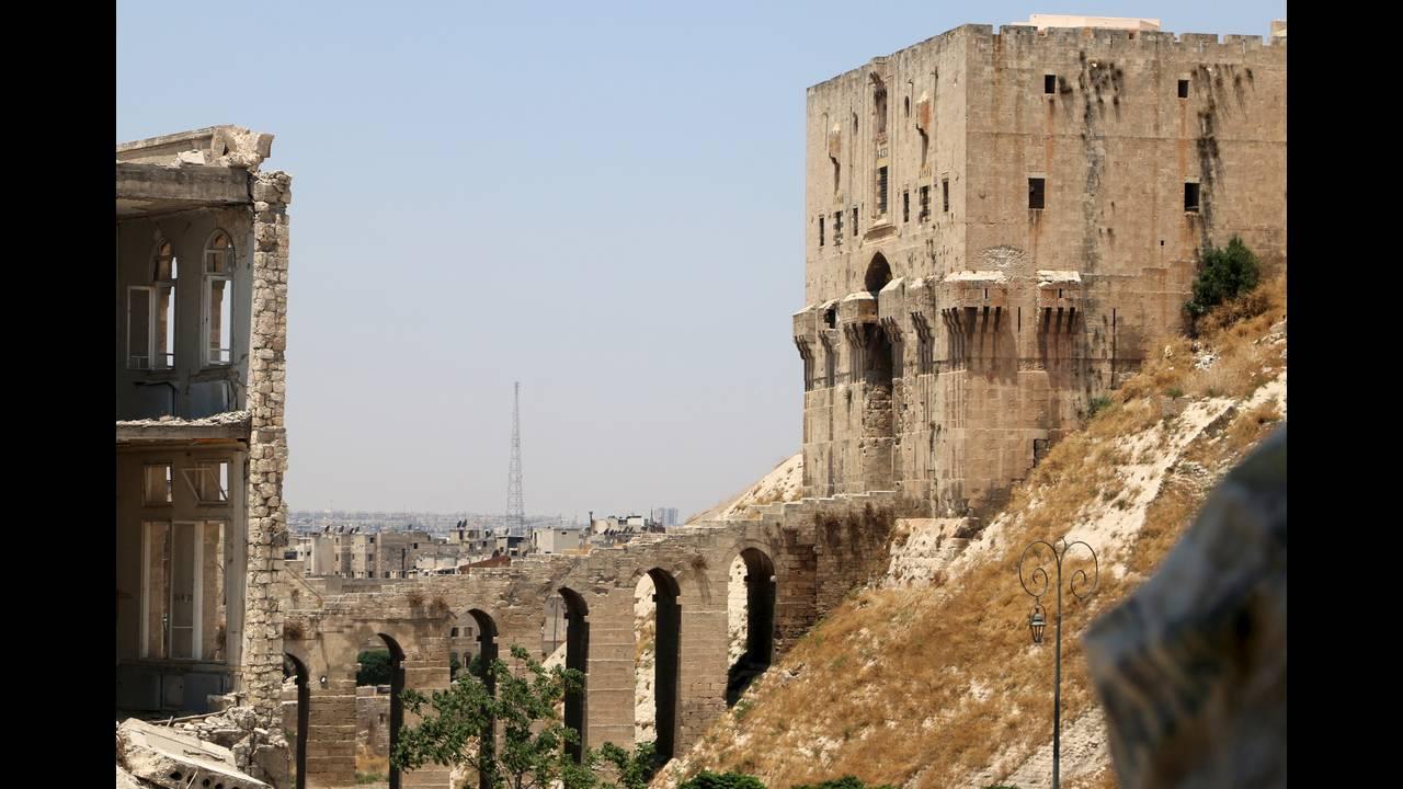 https://cdn.cnngreece.gr/media/news/2015/10/24/1525/photos/snapshot/Aleppo-castle-2015.jpg