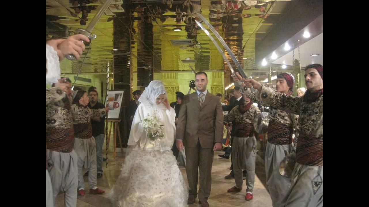 https://cdn.cnngreece.gr/media/news/2015/10/24/1525/photos/snapshot/bride2.JPG
