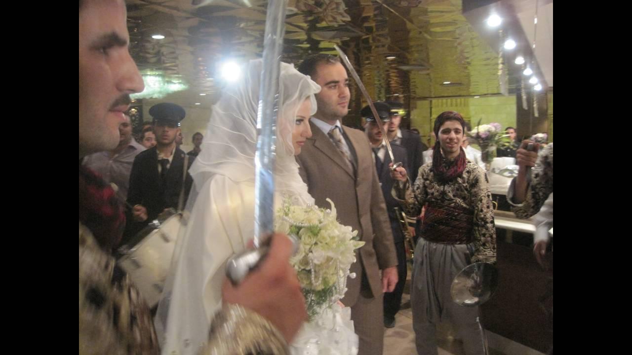 https://cdn.cnngreece.gr/media/news/2015/10/24/1525/photos/snapshot/bride3.JPG