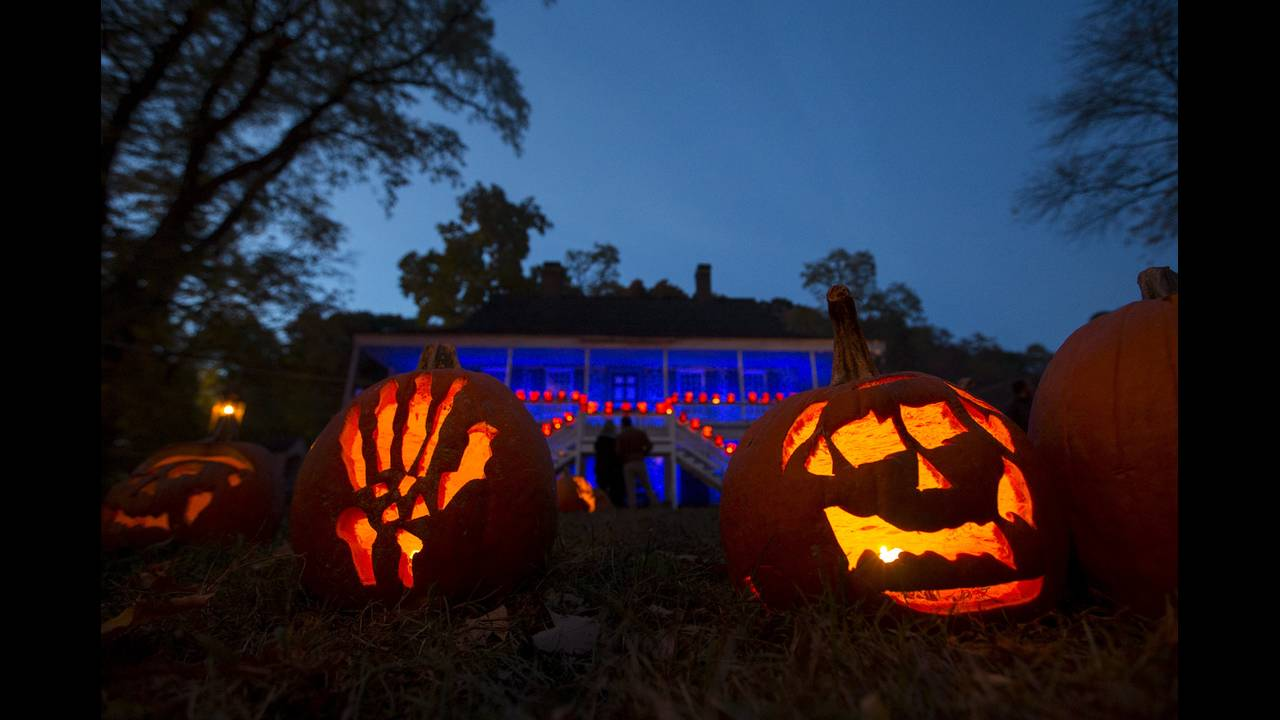 https://cdn.cnngreece.gr/media/news/2015/10/30/2711/photos/snapshot/HALLOWEEN-USA-REUTERS-Mike-Segar.jpg
