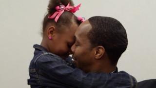 Μπαμπάδες και κόρες χορεύουν στη φυλακή