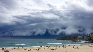 Το σύννεφο «τσουνάμι»... καταδιώκει λουόμενους