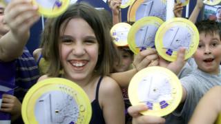 Ευρωβαρόμετρο: Πάνω από τους 6 στους 10 Έλληνες θέλουν το ευρώ