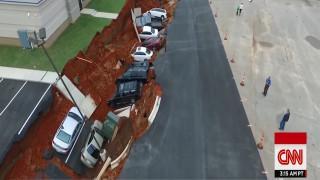 Τεράστιο ρήγμα «κατάπιε» αυτοκίνητα