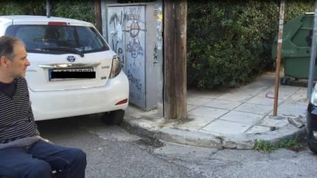 Αποκλεισμένοι από τα πεζοδρόμια οι άνθρωποι με αναπηρίες