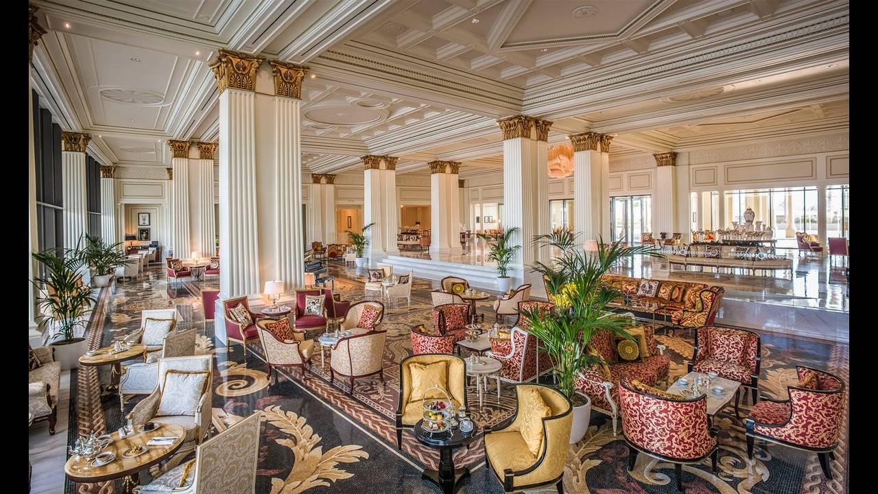 https://cdn.cnngreece.gr/media/news/2015/11/13/6410/photos/snapshot/Palazzo-Versace-Hotel_Dubai_Main-Lobby.jpg