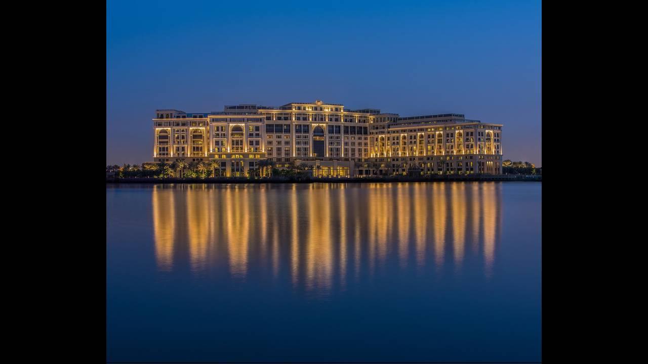https://cdn.cnngreece.gr/media/news/2015/11/13/6410/photos/snapshot/Palazzo-Versace-Hotel_Dubai_Night-View.jpg
