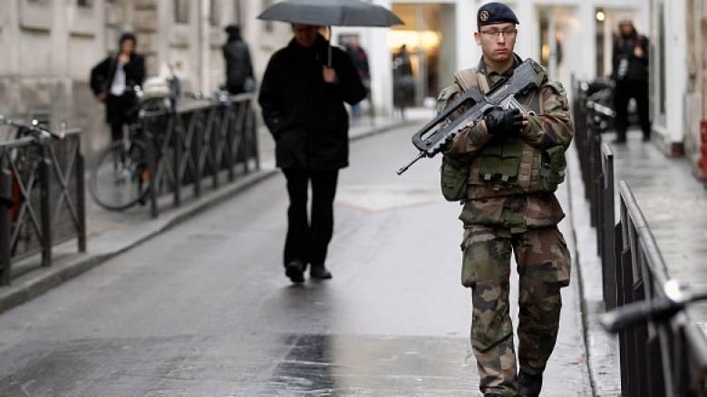Σε στρατιωτικό κλοιό το Παρίσι