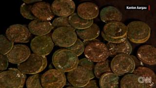 Βρήκε 4.000 αρχαία νομίσματα στο κτήμα του