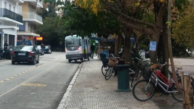 Τρίκαλα: To λεωφορείο χωρίς οδηγό καβάλησε πεζοδρόμιο
