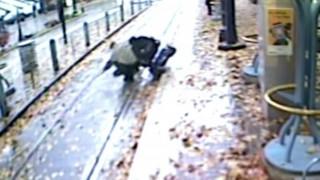 Άνδρας σε αναπηρικό καροτσάκι έπεσε στις γραμμές του τρένου