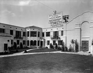 Από το 1926 έως και τo 1940, τα Walt Disney Studios στεγάζονταν στο νούμερο 2719 της Hyperion Avenue στο Λος Άντζελες.