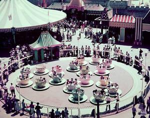 Το Mad Tea Party στη Disneyland από τότε μέχρι σήμερα παραμένει εμβληματικό.