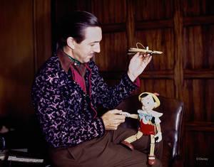 1940. Ο Γουόλτ Ντίσνεϊ με μια μαριονέτα του Πινόκιο, έναν ακόμη ήρωα που άφησε εποχή.