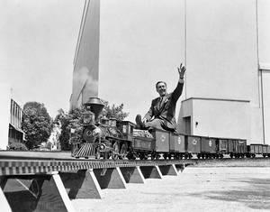 1951. O Ντίσνεϊ απολαμβάνει μια βόλτα με το τραινάκι που έμελε να αγαπήσουν πολλοί λιλιπούτειοι επισκέπτες.