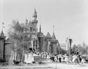 17 Ιουλίου 1955. Η Ντίσνεϊλαντ έχει πλέον αναδειχθεί σε ιδανικό παιδότοπο χάρη στο δαιμονικό επιχειρηματικό πνεύμα του Γουόλτ και του αδελφού του Ρόι. Εδώ μια λήψη από την ημέρα που άνοιξε για το κοινό το κάστρο της Ωραίας Κοιμωμένης.