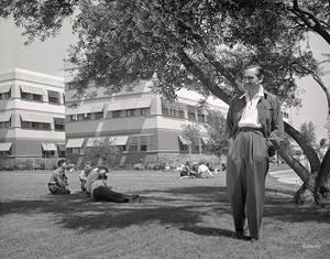 Σεπτέμβριος  1940. Ο Ντίσνεϊ επιθεωρεί την επέκταση των στούντιο στο Burbank.