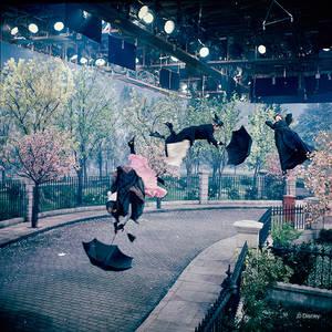 "1964. ""Nταντάδες"" στον αέρα. Κασκαντές υποδυόμενοι την Μαίρη πόπινς στα γυρίσματα της ταινίας που αγαπήσαμε πολύ."