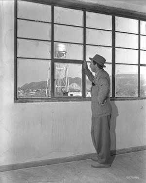 Oκτώβριος 1939.  Ο Γουόλτ Ντίσνεϊ βλέπει την επέλαση του στον κόσμο της φαντασίας.