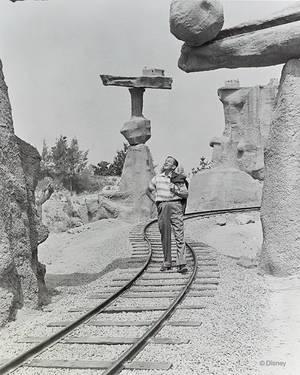 1957. Ο Γουόλτ Ντίσνεϊ κάνει βόλτα σε μία από τις βραχώδη attractions της Disneyland.