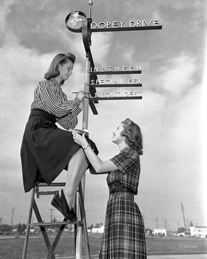 1940. Εργάτριες και γυναίκες των παραμυθιών, οι υπάλληλοι του Ντίσνεϊ έπρεπε να χαμογελούν στο φακό.