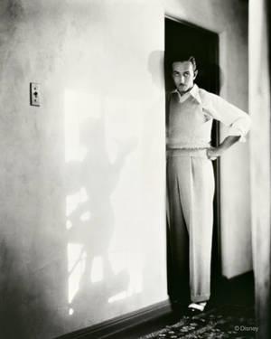 1935. Ο Ντίσνεϊ με τη σκιά του ήρωα που τον καθιέρωσε. Τον Μίκι Μάους.