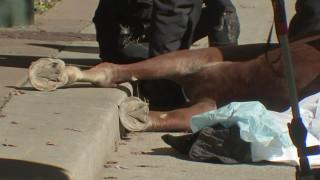 Αστυνομικός αποχαιρετά το άλογό του