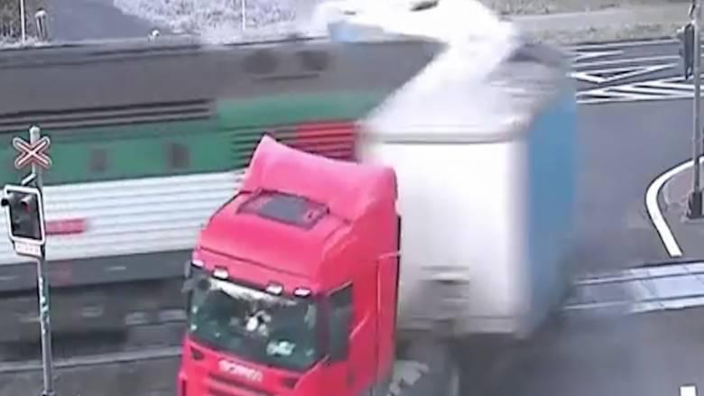 Φορτηγό παραβιάζει διάβαση και παρασύρεται από διερχόμενο τρένο