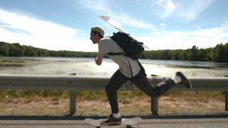 Το συγκινητικό viral της ημέρας: Γιατί ο Τζέισον ταξιδεύει 450 μίλια επάνω στη σανίδα;