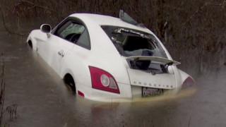 Δραματική διάσωση άνδρα παγιδευμένου σε πλημμυρισμένο αυτοκίνητο
