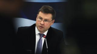 Ντομπρόβσκις: Οι θεσμοί έτοιμοι να συζητήσουν εναλλακτικά μέτρα για το ασφαλιστικό