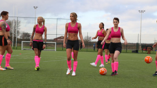Το γυναικείο πρωτάθλημα της lingerie football league στην Αγγλία βάζει φωτιά στα γήπεδα