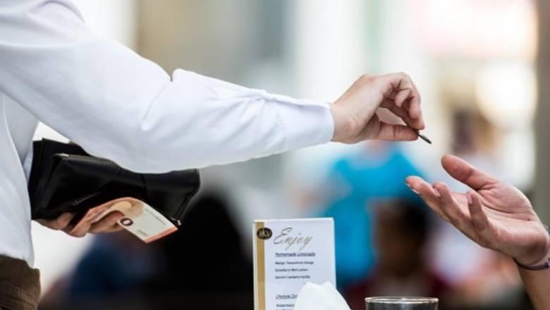 Σερβιτόρος βρήκε τσάντα με 32.000 δολάρια και την επέστρεψε