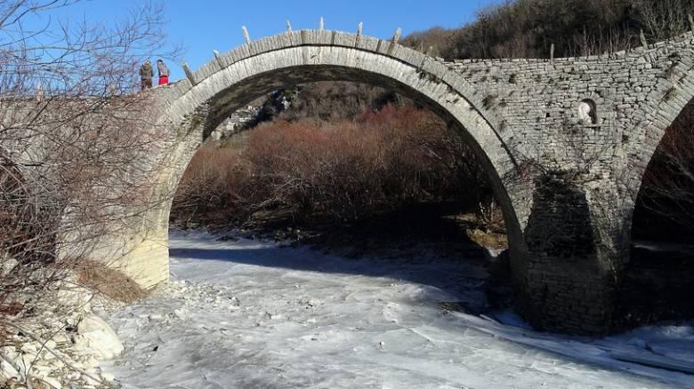 Πάγωσε στους -7 βαθμούς το ποτάμι στο Ζαγόρι
