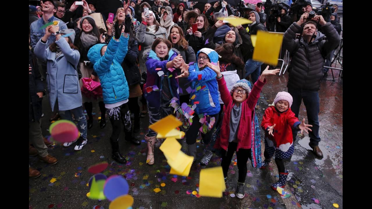 https://cdn.cnngreece.gr/media/news/2015/12/29/16886/photos/snapshot/NEW-YEAR.jpg