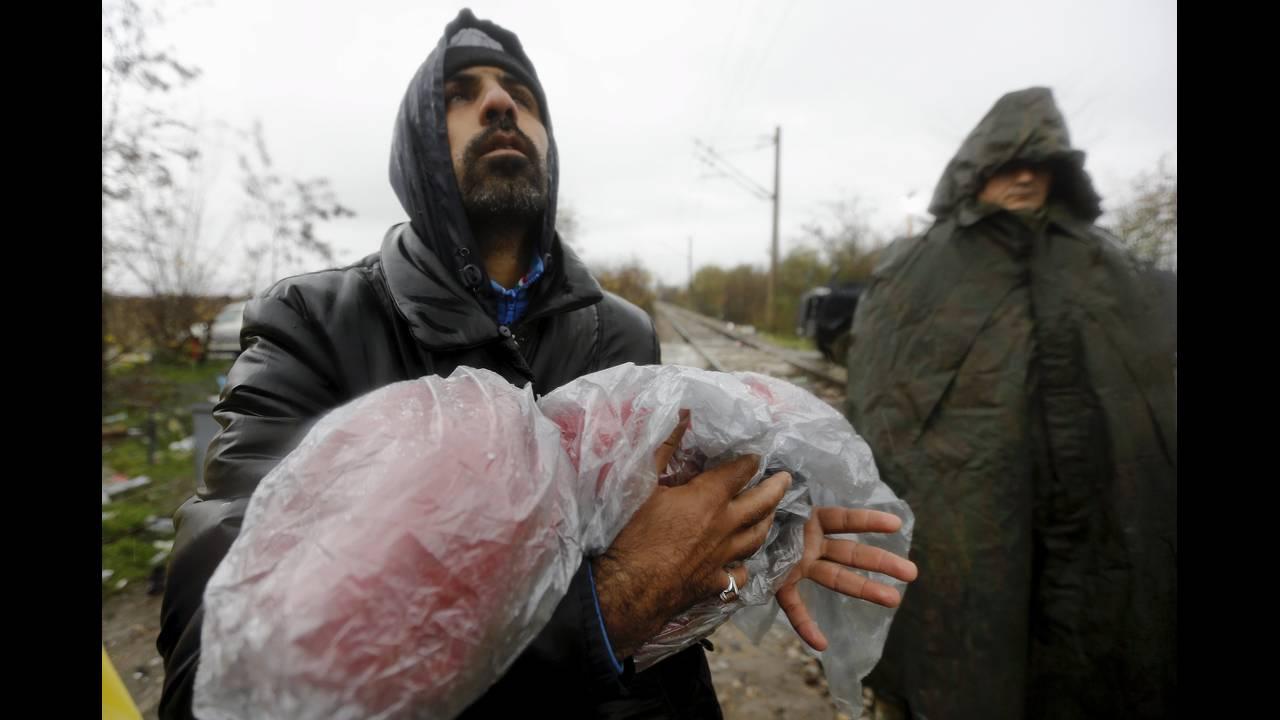 https://cdn.cnngreece.gr/media/news/2015/12/30/16971/photos/snapshot/-2015-11-27T150428Z_2134247156_GF20000076383_RTRMADP_3_EUROPE-MIGRANTS-GREECE.JPG