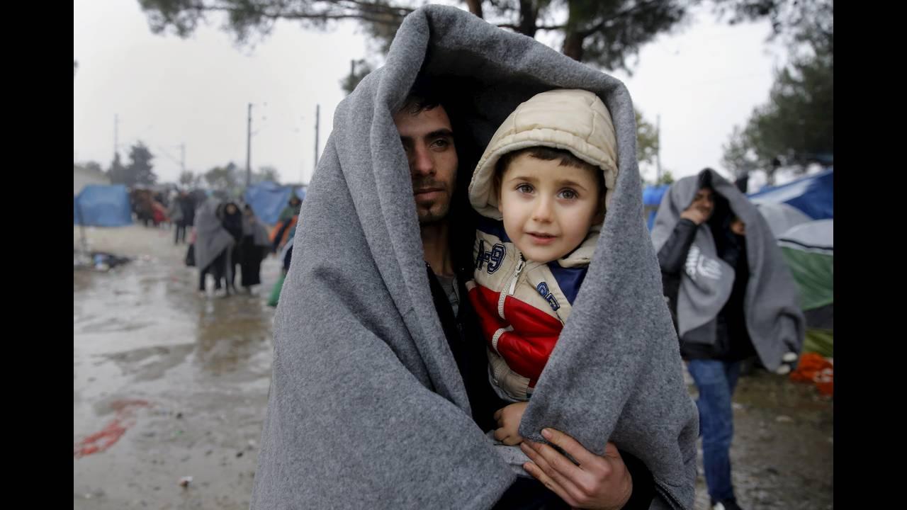 https://cdn.cnngreece.gr/media/news/2015/12/30/16971/photos/snapshot/-2015-11-27T150854Z_33744620_GF20000076385_RTRMADP_3_EUROPE-MIGRANTS-GREECE.JPG