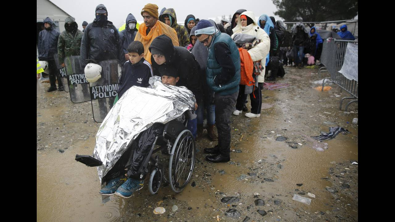https://cdn.cnngreece.gr/media/news/2015/12/30/16971/photos/snapshot/-2015-11-27T151141Z_885909248_GF20000076389_RTRMADP_3_EUROPE-MIGRANTS-GREECE.JPG