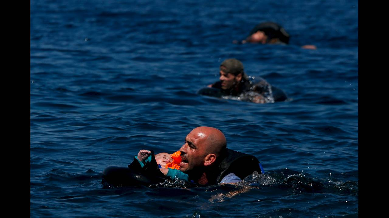 https://cdn.cnngreece.gr/media/news/2015/12/30/16971/photos/snapshot/sea-2015-12-10T080042Z_1602402606_GF20000080750_RTRMADP_3_MIGRANTS-YEAR-ENDER-2015.JPG