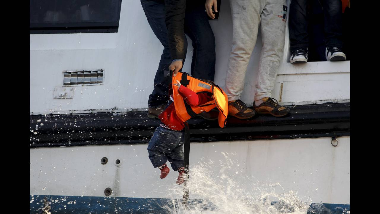 https://cdn.cnngreece.gr/media/news/2015/12/30/16971/photos/snapshot/sea-2015-12-10T080450Z_1477359645_GF20000080760_RTRMADP_3_MIGRANTS-YEAR-ENDER-2015.JPG