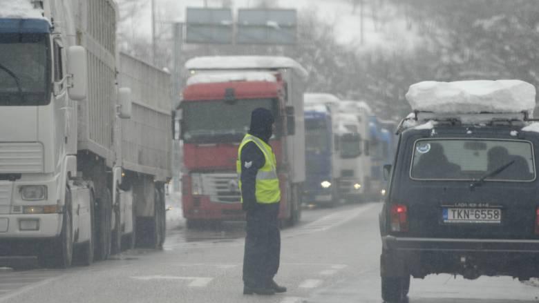 Ουρές χιλιομέτρων από ακινητοποιημένα οχήματα στην χιονισμένη εθνική οδό