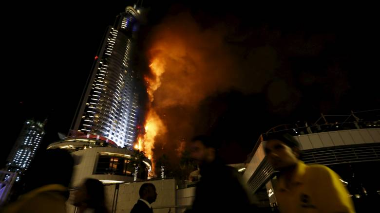 Φωτογράφος κρεμάστηκε σε σχοινί για να γλιτώσει από τη φωτιά στο Ντουμπάι