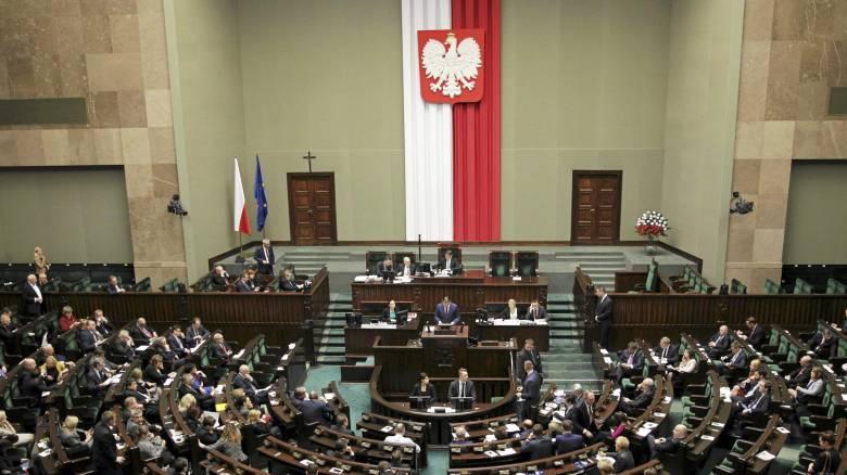 Η Ευρώπη απειλεί με κυρώσεις την Πολωνία για το νομοσχέδιο στα ΜΜΕ