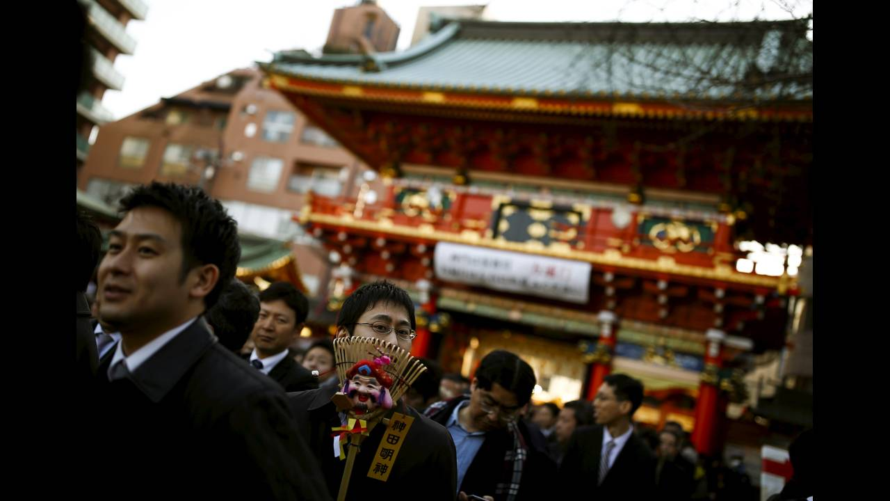 https://cdn.cnngreece.gr/media/news/2016/01/04/17371/photos/snapshot/NEW-YEAR-JAPAN1.jpg