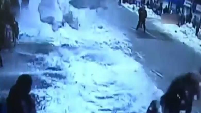 Όγκοι χιονιού καταπλακώνουν περαστικούς στην Τουρκία