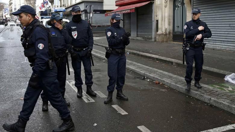 Σκότωσαν τζιχαντιστή που κρατούσε μαχαίρι ένα χρόνο μετά τις επιθέσεις στο Charlie Hebdo